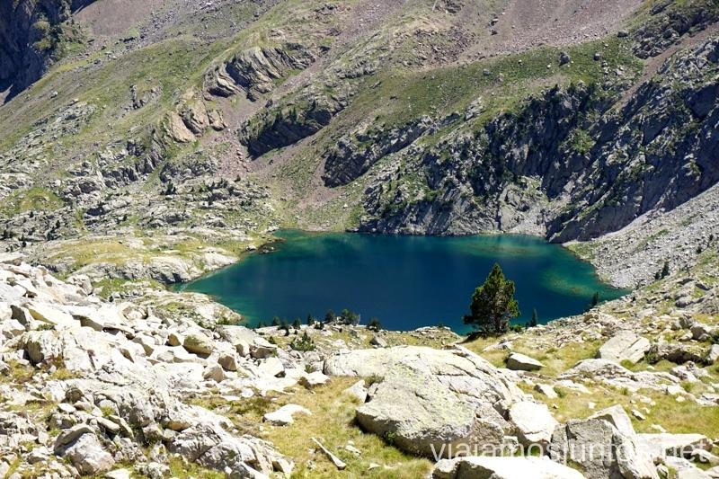Una parada para contemplar este ibón Ruta de los tres refugios por el Parque Natural Posets-Maladeta, Pirineo Aragonés Aragón