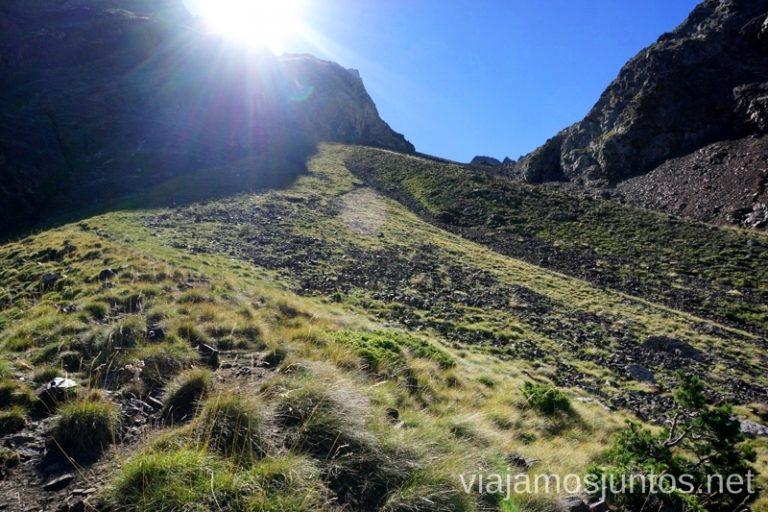 Sol saliendo detrás del Collado Forqueta Ruta de los tres refugios por el Parque Natural Posets-Maladeta, Pirineo Aragonés Aragón
