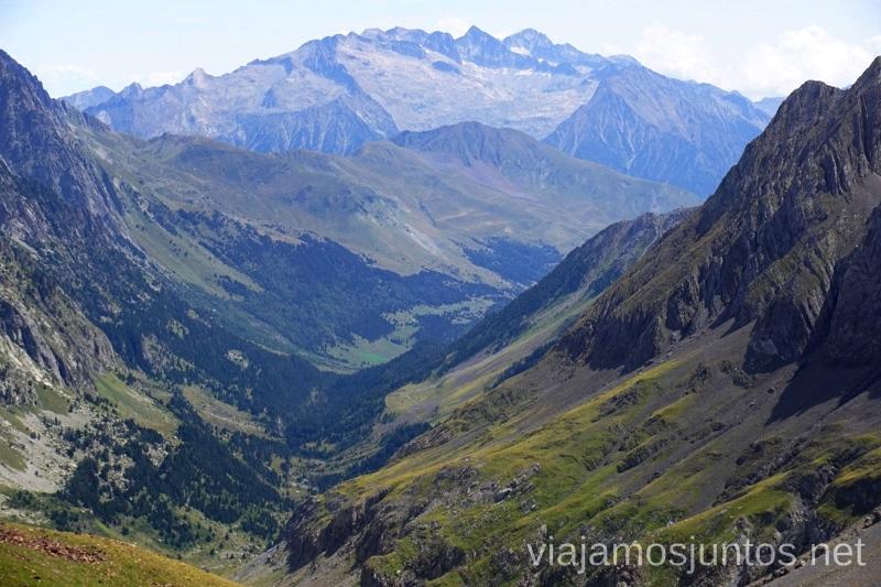 Vistas desde el collado de Estós hacía el macizo de Posets Ruta de los 3 refugios por el Parque Natural Posets-Maladeta, Pirineo Aragonés Aragón