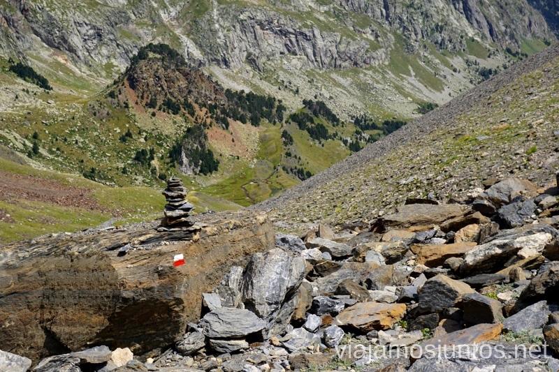 Hitos en el GR11 Ruta de los tres refugios por el Parque Natural Posets-Maladeta, Pirineo Aragonés Aragón