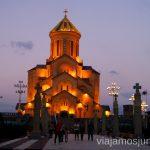 La Catedral de la Santísima Trinidad al anochecer Qué ver y hacer en Tbilisi (Tiflis), la capital de Georgia