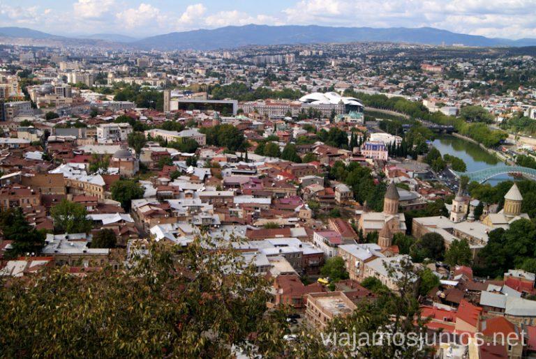 Tbilisi desde mirador. Guía de viaje a Georgia. Viajar a Georgia. Consejos prácticos. Tips de viaje a Georgia.