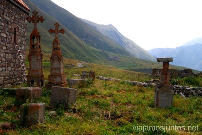 Cruces en el cementerio al lado de la iglesia en medio del Valle del Truso. Guía de viaje a Georgia. Viajar a Georgia. Consejos prácticos. Tips de viaje a Georgia.