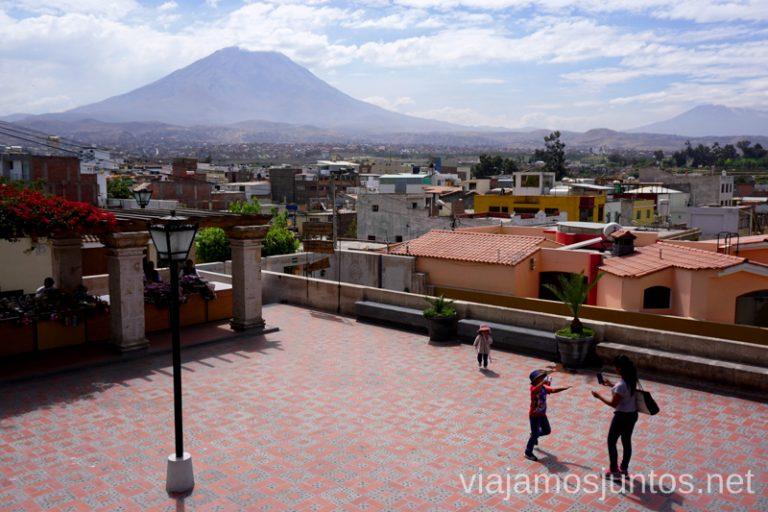 Arequipa y uno de sus volcanes de fondo Ruta por Perú de 30 días Itinerario Peru Viaje a Perú #PerúJuntos