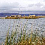 Una de las islas de los Uros en el lago Titicaca Ruta por Perú de 30 días Itinerario Peru Viaje a Perú #PerúJuntos