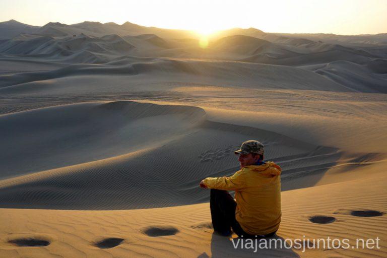 Contemplando el atardecer en el desierto de Huacachina Ruta por Perú de 30 días Itinerario Peru Viaje a Perú #PerúJuntos