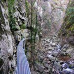 Una de las pasarelas más largas en la ruta de las Gorges de la Carança Ruta de las Gorges de Caranca Qué ver y qué hacer en Francia