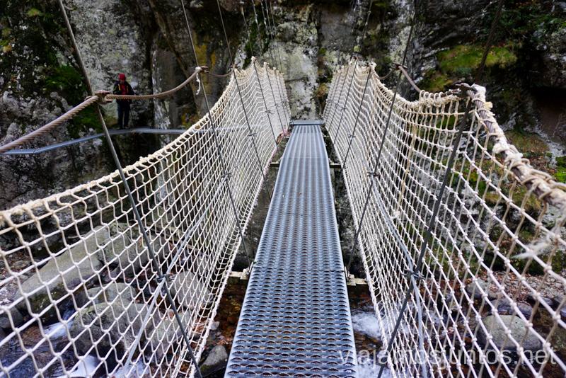 Puente colgante en la ruta de les Gorges de la Carança Ruta de las Gorges de Caranca Qué ver y qué hacer en Francia
