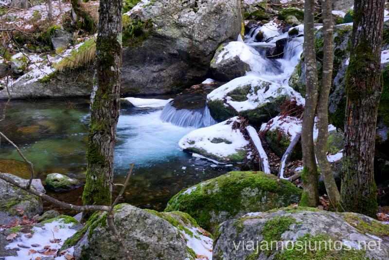 Cascada nevada en la ruta de las Gorges de Caranca, Francias Ruta de las Gorges de Caranca Qué ver y qué hacer en Francia