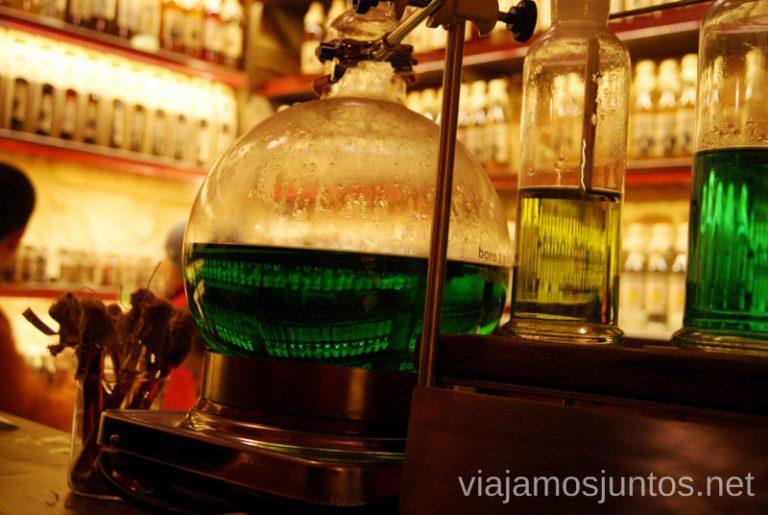 Gasova Lampa (Lámpara de queroseno) y sus aparatos para hacer vodka de queroseno Donde comer en Lviv Restaurantes curiosos y bien de precio Ucrania