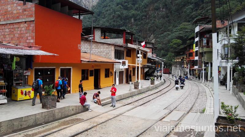 Vías de tren en Aguas Calientes. Cómo llegar a Machu Picchu Aguas Calientes desde Cusco y Ollantaytambo Peru #PerúJuntos Perú