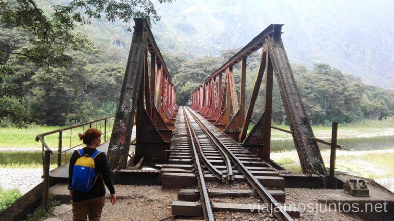 Uno de los puentes icónicos por el camino de Aguas Calientes a la hidroeléctrica. Cómo llegar a Machu Picchu Aguas Calientes desde Cusco y Ollantaytambo Peru #PerúJuntos Perú