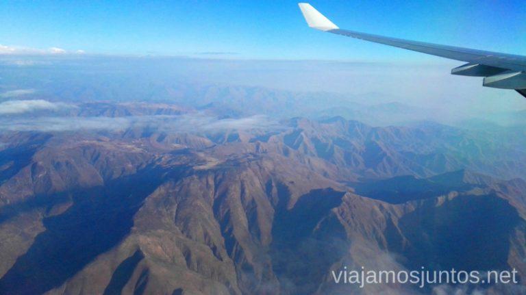 Sobrevolando los Andes en nuestra ruta hacia Lima. Como llegar desde el aeropuerto de Lima a la ciudad de la manera segura y barata Peru #PerúJuntos Perú