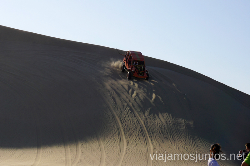 Bajada en un tubular por la duna en el desierto de Huacachina. Qué ver y qué hacer en Ica y el desierto y oasis de Huacachina Visita a la bodega de Los Tres Hermanos y El Catador Peru #PerúJuntos Perú
