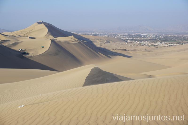 Vistas del desierto de Huacachina y la ciudad de Ica al fondo. Qué ver y qué hacer en Ica y el desierto y oasis de Huacachina Visita a la bodega de Los Tres Hermanos y El Catador Peru #PerúJuntos Perú