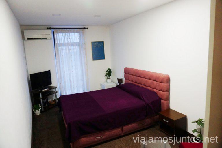 Habitación en el hotel Stambolov. Dónde dormir y consejos prácticos para encontrar alojamiento en Bulgaria. Nuestros hoteles favoritos