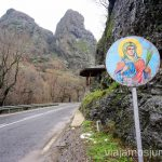Señal de tráfico avisando de una ermita. Dormir en monasterios en Bulgaria Consejos prácticos y nuestra experiencia #BulgariaJuntos