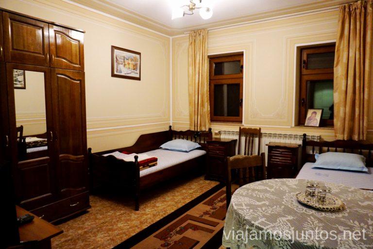 Habitación en el Monasterio Bachkovski. Dormir en monasterios en Bulgaria Consejos prácticos y nuestra experiencia #BulgariaJuntos