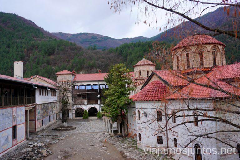 Patio central del Moansterio de Bachkovski. Dormir en monasterios en Bulgaria Consejos prácticos y nuestra experiencia #BulgariaJuntos