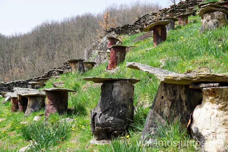 Colmenas rústicas en la ruta local de La Hiruela. Que hacer en la Sierra Norte de Madrid Rutas de Senderismo