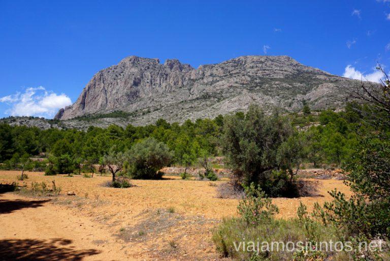 Puig Campana y el macizo desde abajo. Ruta de la ascensión al pico de Puig Campana Qué hacer en Benidorm y alrededores #RumboSurJuntos