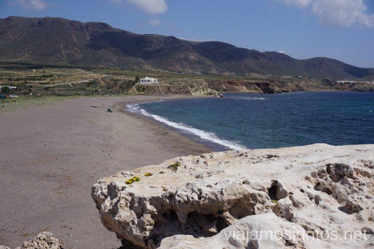 La playa al lado del Castillo de San Filipe. Qué ver y hacer en Cabo de Gata. Dónde alojarse. #RumboSurJuntos