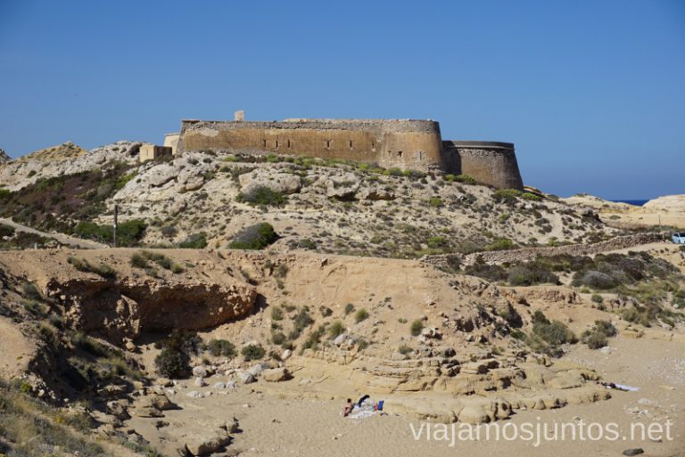 Castillo de San Ramón en la Playa del Playazo, Rodalquilar. Ruta de senderismo de las Minas de Cinto o de Rodalquilar, Cabo de Gata - Níjar #RumboSurJuntos