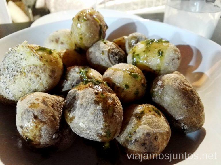 Papas arrugadas - un clásico de gastronomía canaria. Dónde comer en Lanzarote, Islas Canarias #LanzaroteJuntos Canary Islands Gastronomía