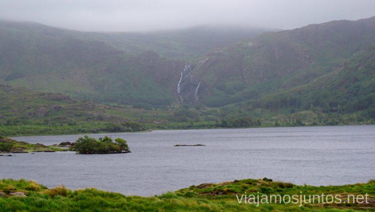 Cascada en Gleninchaquin Park vista desde Uragh Stone Circle. Qué ver y hacer en Southern Peninsulas Irlanda #IrlandaJuntos