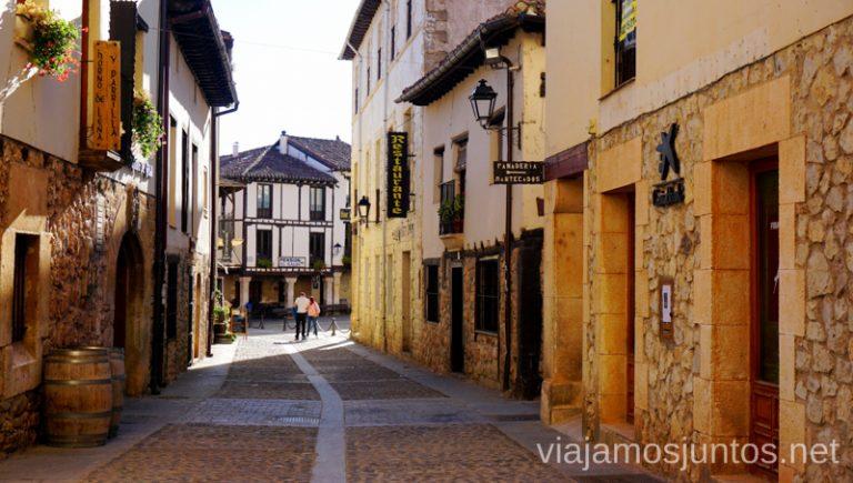 Calles de Covarrubias con casas tradicionales. Qué ver y qué hacer en Covarrubias Arlanza Burgos Castilla y León