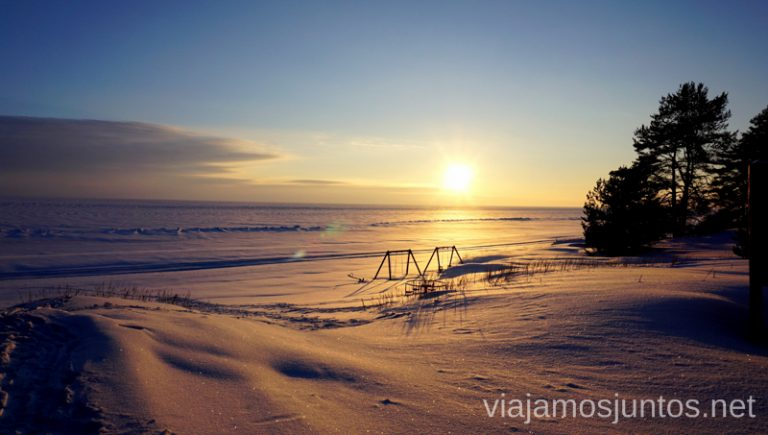 Atardecer en Estonia. Qué ver y hacer en Países Bálticos. Viajar a Países Bálticos en invierno.
