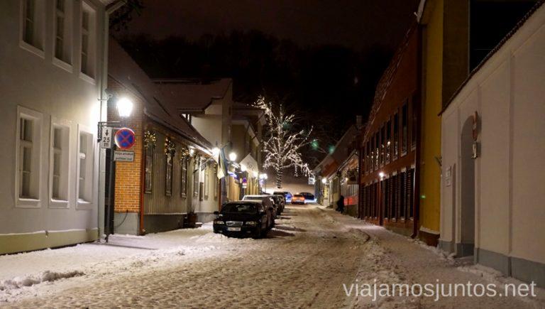Calles de Tartu, Estonia, de noche. Qué ver y hacer en Países Bálticos. Viajar a Países Bálticos en invierno.