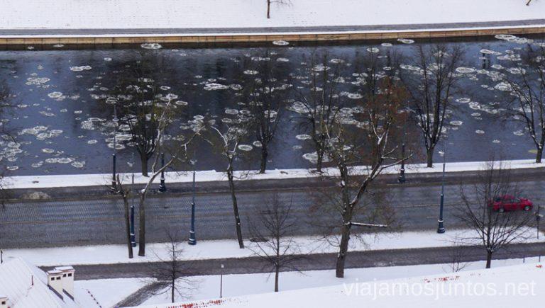 Icebergs en el río de Vilvius. Consejos prácticos para viajar a Países Bálticos en invierno.