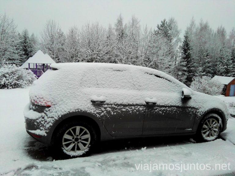 Coche nevado en Estonia. Consejos prácticos para viajar a Países Bálticos en invierno.
