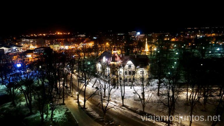 Tallinn por la noche. Qué ver y hacer en Países Bálticos. Viajar a Países Bálticos en invierno.