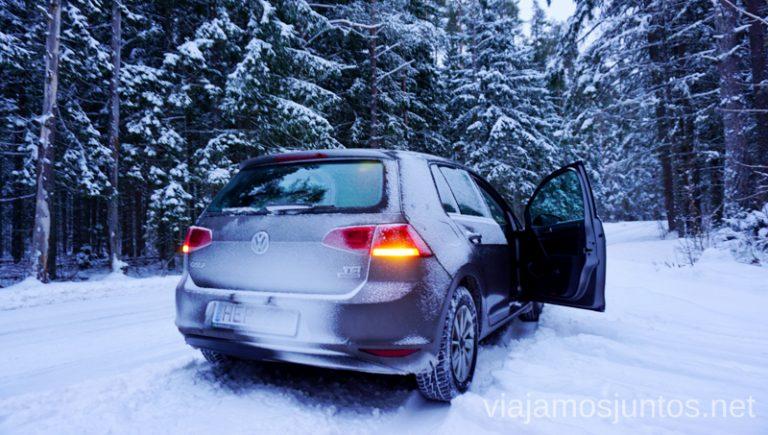 Coche en la nieve. Qué ver y hacer en Países Bálticos. Viajar a Países Bálticos en invierno.
