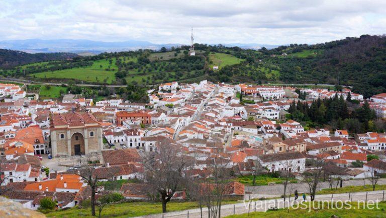 Vistas desde el castillo de Aracena: ¿ves la mancha azul? Allí está el hotel convento Aracena. Hotel Convento Aracena Dónde Alojarse en Aracena