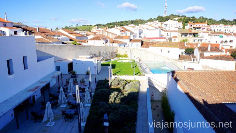 Vistas desde la terraza bajo el campanario.: la piscina, la huerta de plantas aromáticas y la terraza del restaurante Huerto Nun. Hotel Convento Aracena Dónde Alojarse en Aracena