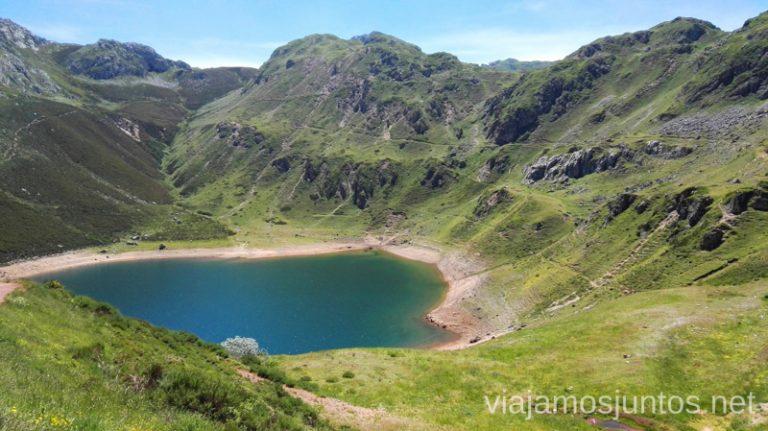 Vistas sobre uno de los lagos de Saliencia. Ruta de los lagos de Saliencia Parque Natural de Somiedo Asturias Destinos para Semana Santa