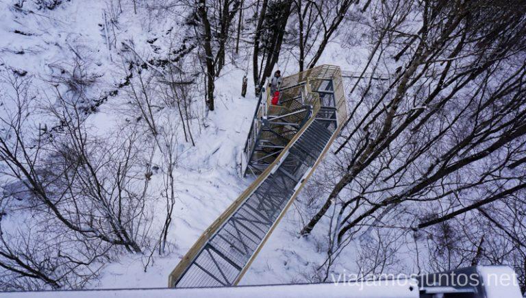 Plataforma de observación de la cascada Valaste. Qué ver y hacer en el norte de Estonia. Países Bálticos.