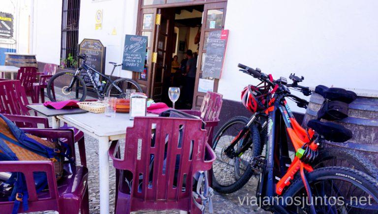 Parada técnica en Fuenteherridos. Ruta por las dehesas y pueblos de la Sierra de Aracena en bici eléctrica de montaña eBike Aracena