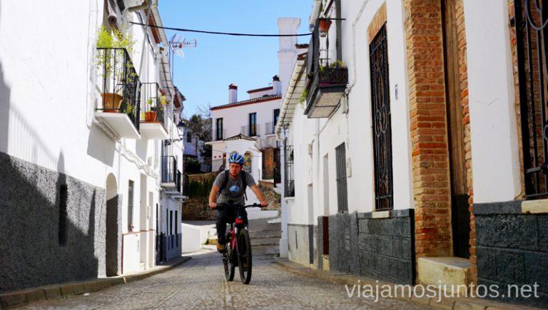 Explorando las calles de Fuenteheridos en bici eléctrica de montaña eBike Aracena. Ruta por las dehesas y pueblos de la Sierra de Aracena en bici eléctrica de montaña eBike Aracena
