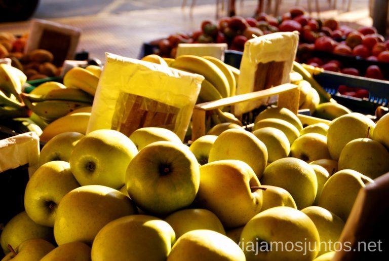Fruta de temporada en mercadillo. Cómo ser Viajero Responsable Guía de los viajeros responsables para principiantes
