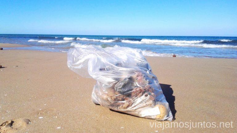 Coleccionando basura en las playas de España. Cómo ser Viajero Responsable Guía de los viajeros responsables para principiantes