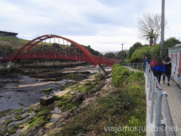 Playa de San Juan de la Canal. El puente sobre el arroyo. Ruta en coche por Costa Quebrada Cantabria Spain un día