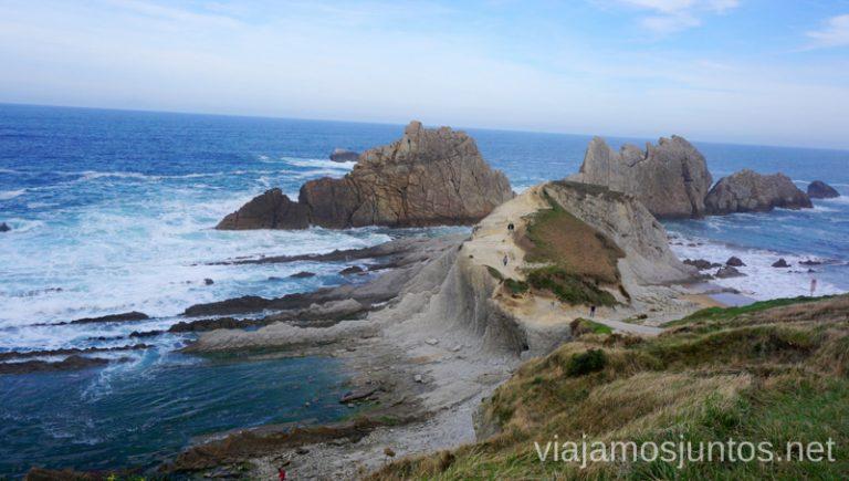 Vistas de los Urros de Liencres desde el parking. Ruta en coche por Costa Quebrada Cantabria Spain un día