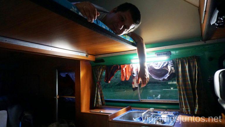 Interior de nuestra campervan. Alquilar Campervan en Eslovenia Consejos y datos prácticos #EsloveniaJuntos