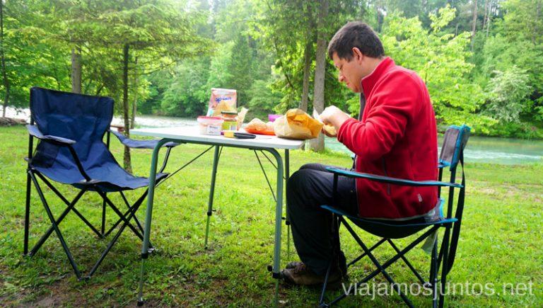 Desayunando en una zona de autocaravanas en Eslovenia. Guía para Viajar a Eslovenia Información práctica Eslovenia en Campervan #EsloveniaJuntos