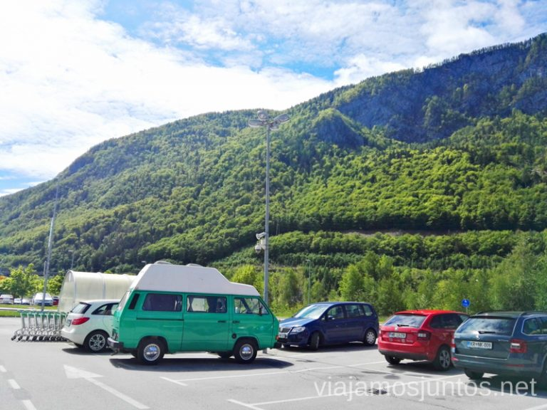 Nuestra camper en parking de un súper. Para que veas que es un poco más grande que un turismo, pero no mucho más. Alquilar Campervan en Eslovenia Consejos y datos prácticos #EsloveniaJuntos
