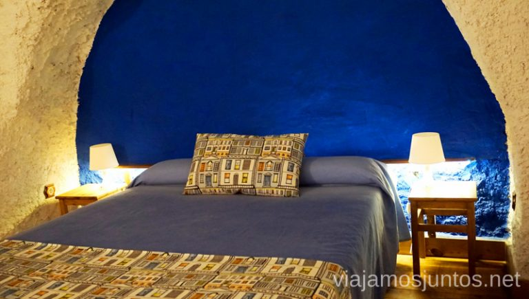Dormitorio fresquito de las casas-cueva La Tala. Dónde dormir en Granada en verano.